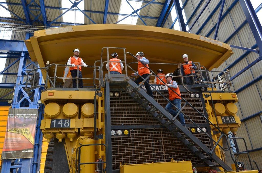 Uczestnicy Seminarium na ciężarówce o nośności 300 ton używanej do odstawy urobku w kopalni Sierra Gorda